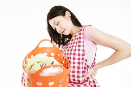 腰痛で家事に支障がでて悩む女性