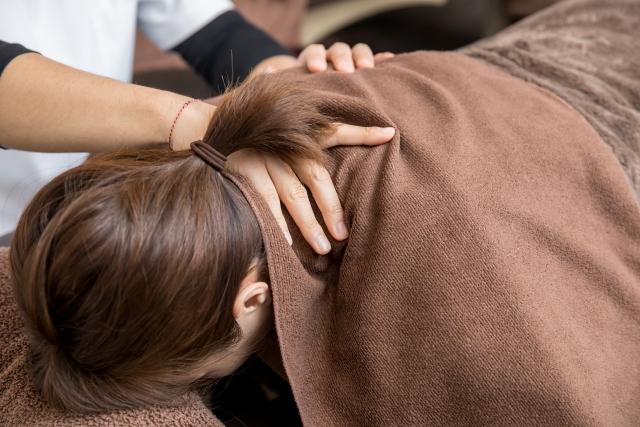 首の歪みやズレを整える施術で正しい姿勢へと導きます