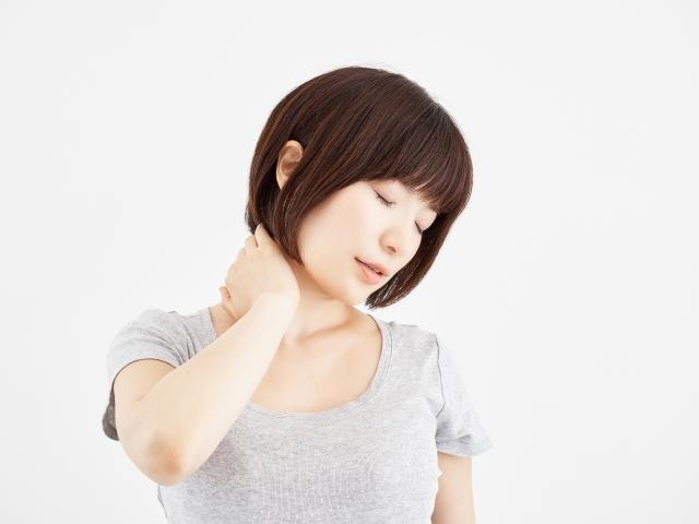 強い衝撃を受けた時に首がしなり靭帯などを痛めると発症します